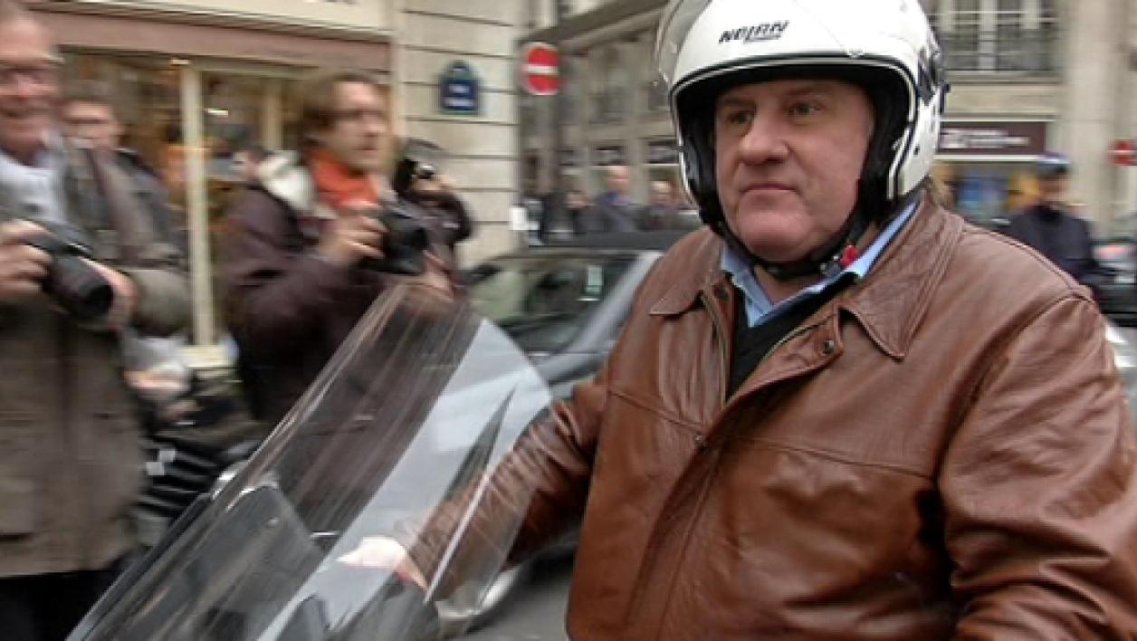 Gérard Depardieu ivre sur son scooter à Paris