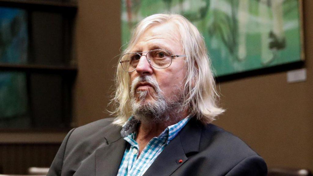 Didier Raoult observe la situation