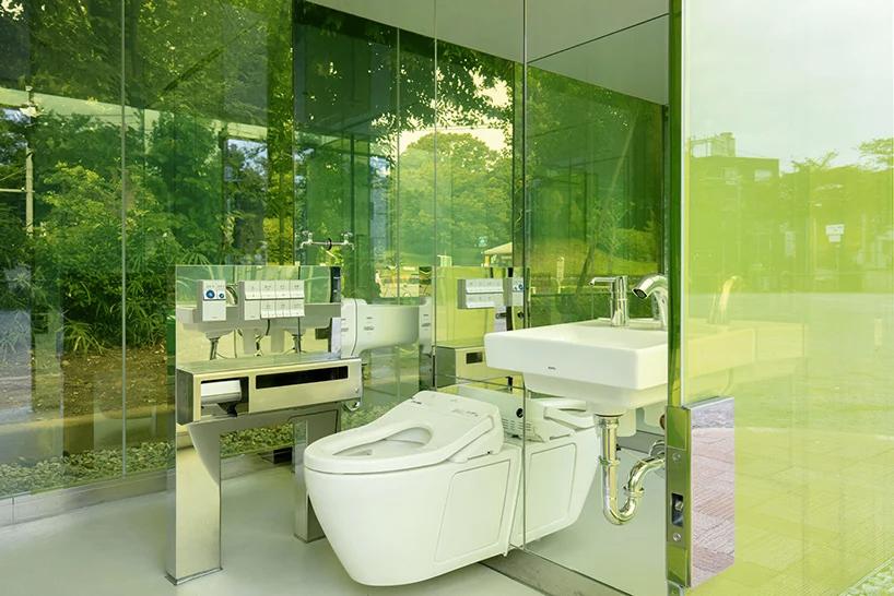 Toilettes publiques transparentes
