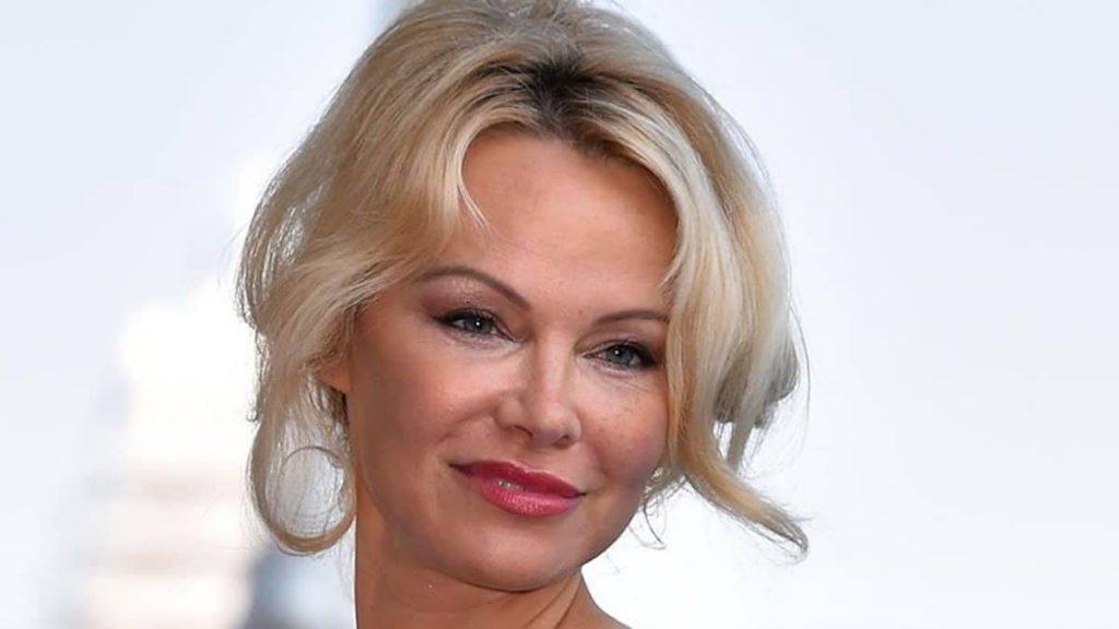 Pamela Anderson soutient Emmanuel Macron