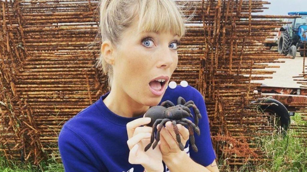 Elle a pu surmonter sa peur des araignées ! Quel courage !
