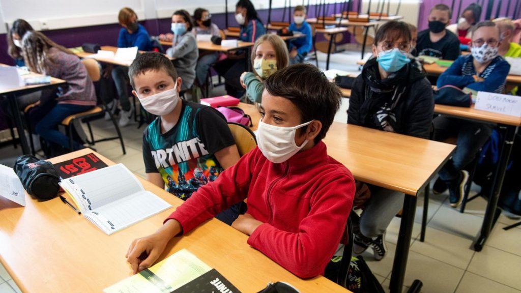 Les enfants portent les masques à l'école