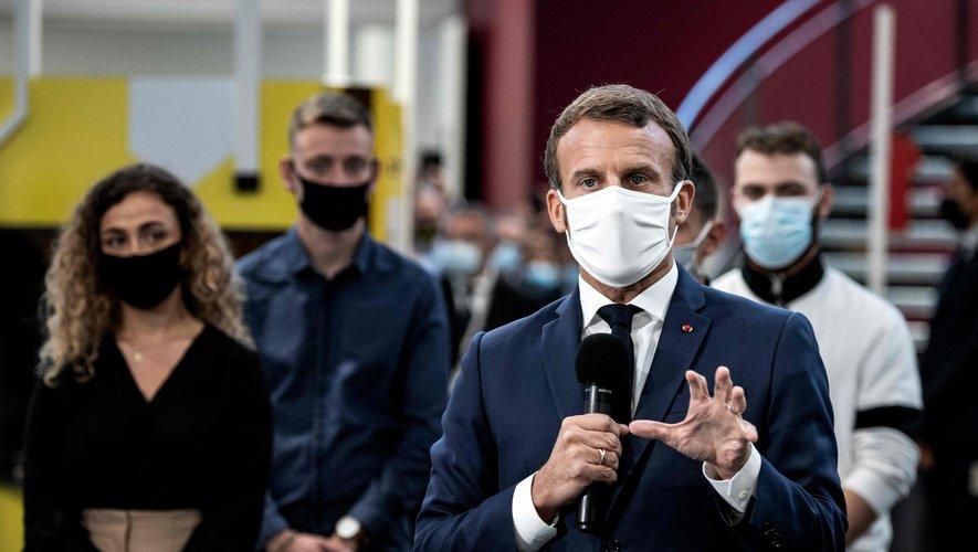 Le président Emmanuel Macron, étouffe à la télé avec son masque !