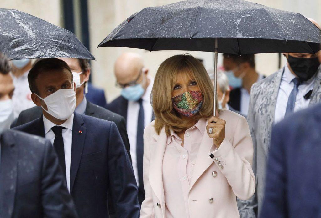 Brigitte Macron soutient un artiste marocain en portant son masque