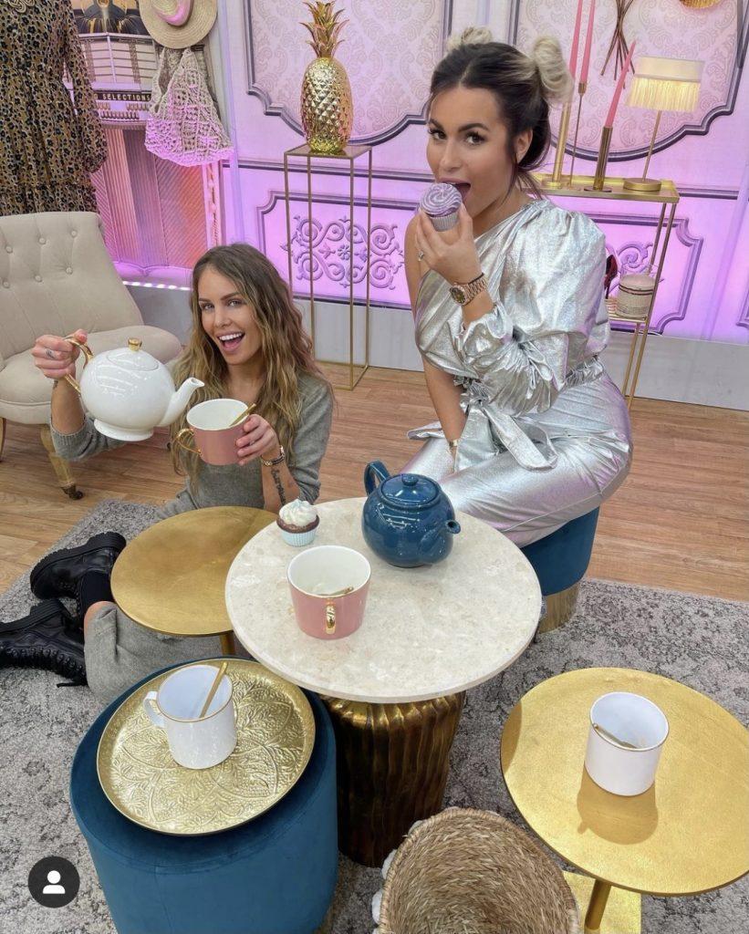Carla Moreau et Adixia dans Les Reines du shopping