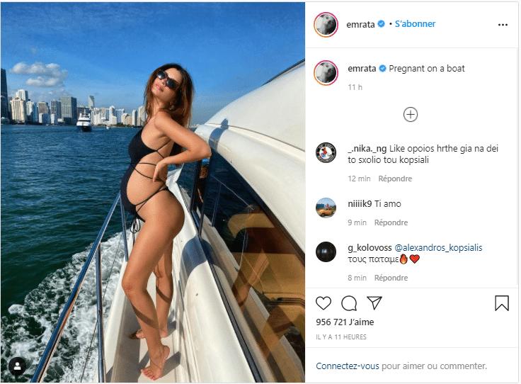 Elle pose sur le bord de la mer