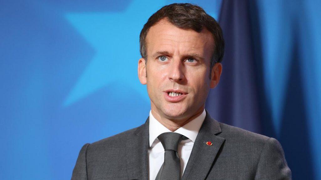 Emmanuel Macron : Pas de crop tops à l'école !