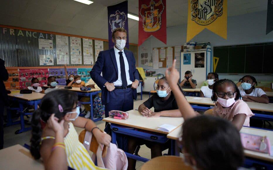 Le président de la République face aux jeunes élèves