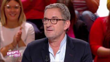 """Christophe Dechavanne chute en plein direct sur """"Les Enfants de la télé"""""""